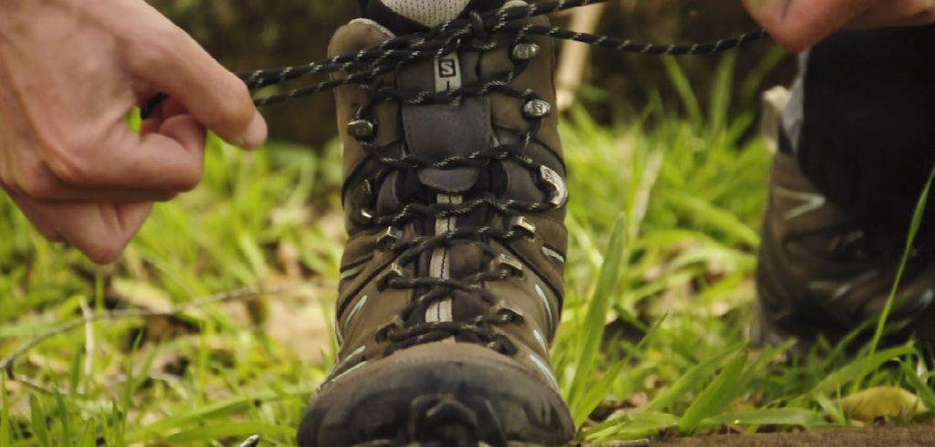 amarrar a bota de trekking